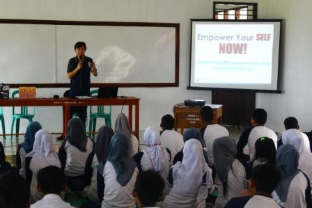 SMUN 2 Tumijajar - Shape Your Future - Memberikan materi