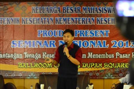Project - Poltekkes Kemenkes Semarang - Tenaga Kesehatan Menyongsong Pasar Bebas ASEAN 2015 - Haryadi menyampaikan materi