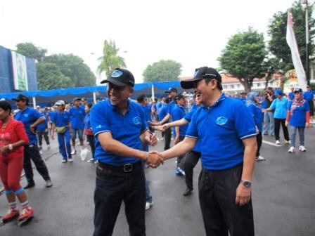 Project - Olahraga Tawa PT. PAL Indonesia (Persero) - Direktur Desain dan Teknologi PT. PAL Indonesia (Persero), Bapak Saiful Anwar, mencoba tawa salaman