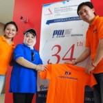 Project - Olahraga Tawa PT. PAL Indonesia (Persero) - Direktur SDU PT. PAL Indonesia (Persero), Ibu Etty Soewardani menerima Kaus PelatihanNSE.com