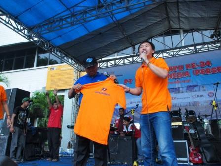 Project - Olahraga Tawa PT. PAL Indonesia (Persero) - Dirut PT. PAL Indonesia (Persero), Pak Muhammad Firmansyah Arifin menerima Kaus PelatihanNSE.com di panggung