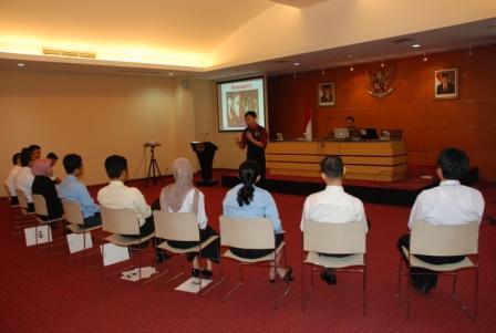 Project - Leadership - Pusdiklat Kemlu RI - Para peserta menyimak materi