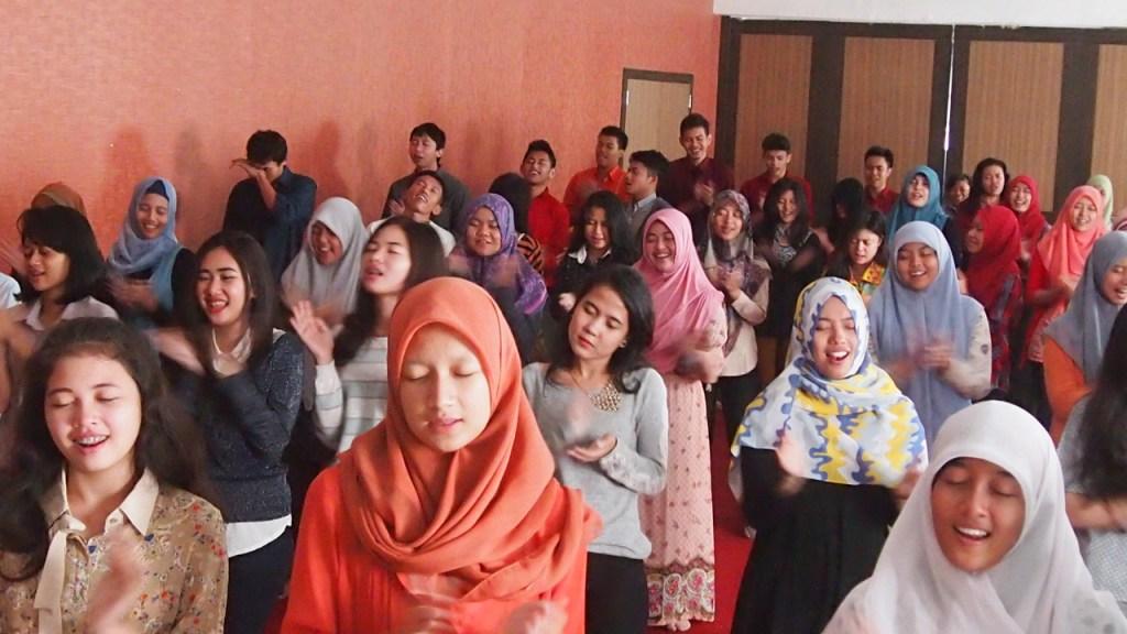 Project - UNDIP - The Power of Catharsis - Bertepuk tangan dan Bernyanyi Merayakan Kehidupan setelah beban terlepas